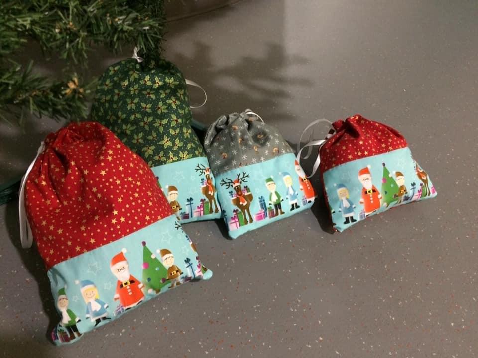 Pochettes cadeaux de Noël avec la frise